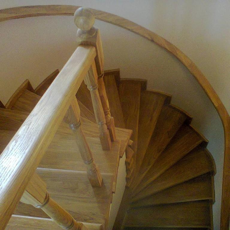 Деревянные лестницы  в Истре, цены - антикризисные.